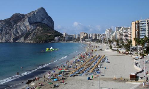 leniwe przedpołudnie na Costa blanca, Hiszpania, w tle symbol całego wybrzeża Penon de Ifach