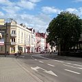 Kamienice #kamienice #drzewo #ulica #jezdnia #ZnakiPoziome #chmury #niebo