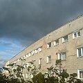#Niebo #niebieski #szary #blok #kamienica #dom #okna #drzewo