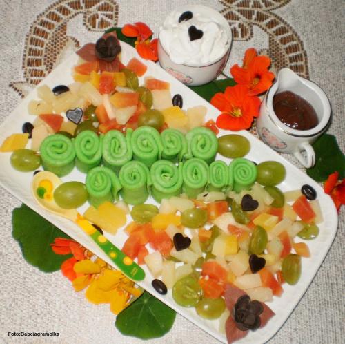 Szaszłyki z zielonych naleśników.. Przepisy do zdjęć zawartych w albumie można odszukać na forum GarKulinar . Tu jest link http://garkulinar.jun.pl/index.php Zapraszam. #naleśniki #desery #owoce #jedzenie #obiad #kulinaria #przepisy