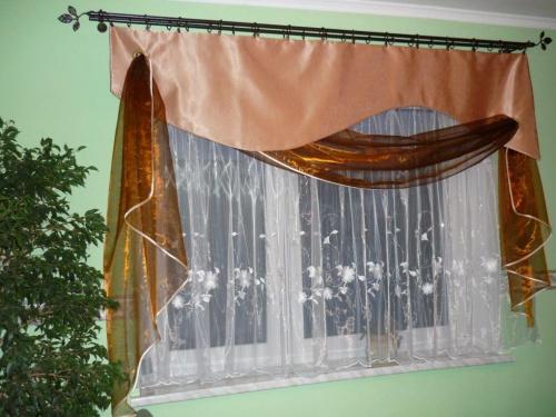 Dekoracja okna w sypialni.