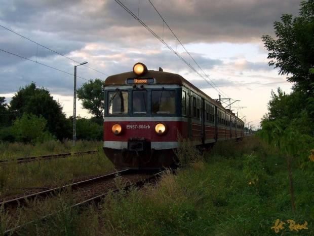 Przetycz | PR-owa jednostka EN57-804 obsługuje pociąg Kolei Mazowieckich z Ostrołeki do Tłuszcza. #EN57 #kibel #osobowy #koleje #mazowieckie #przetycz #pociąg #kolej #rail