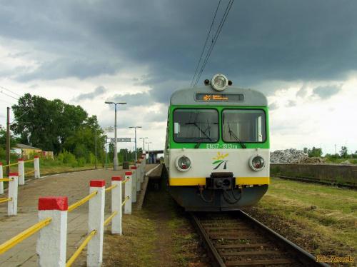 Warszawa Okęcie | Jednostka Kolei Mazowieckich EN57-1913 z pociągiem z Warszawy Wschodniej do Radomia.