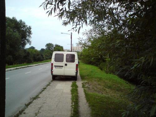 Piękny pokaz parkowania. Ulica Legionów w TM 02.08.2010 Ledwo wózkiem z dzieckiem przejechałem, a rodzinka z busa wesoło bawiła się nad rzeką.. #PiratDrogowy #ŁamaniePrzepisów #TomaszówMazowiecki