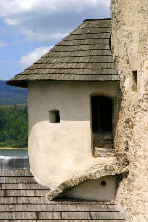 Zamek w Niedzicy. Zamek górny to najstarsza część zamku, pochodzi z XIV i XV wieku, zbudowany jest z kamienia wapiennego. #zamek #Niedzica