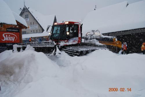 Ale maszynka :D też taką kiedyś będe mieć :D Tym egzemplarzem jezdzilem niedawno :D #ratrak #śnieg #zima