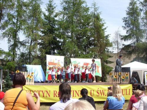 Foto: M. i H. Kaczmarek - Sokolniki Wielkie 2011; festyn rodzinny o nazwie -U św. Urszuli ;;; występ przedszkolaków.